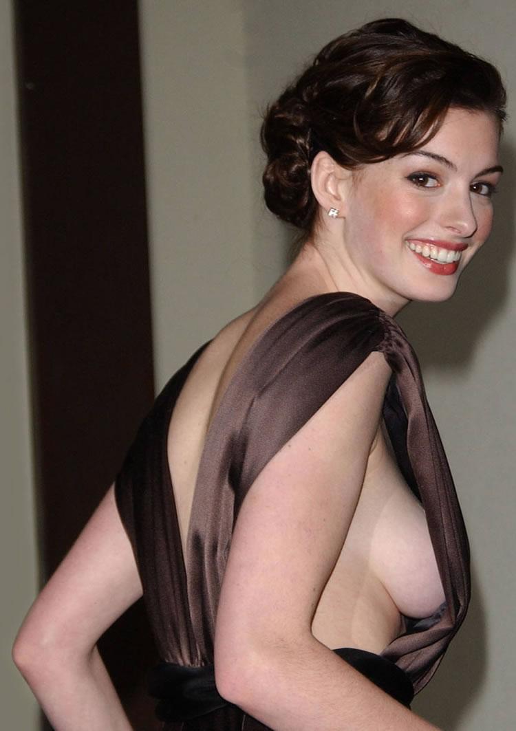 Sexy chica con grandes tetas bailar desnuda ante la