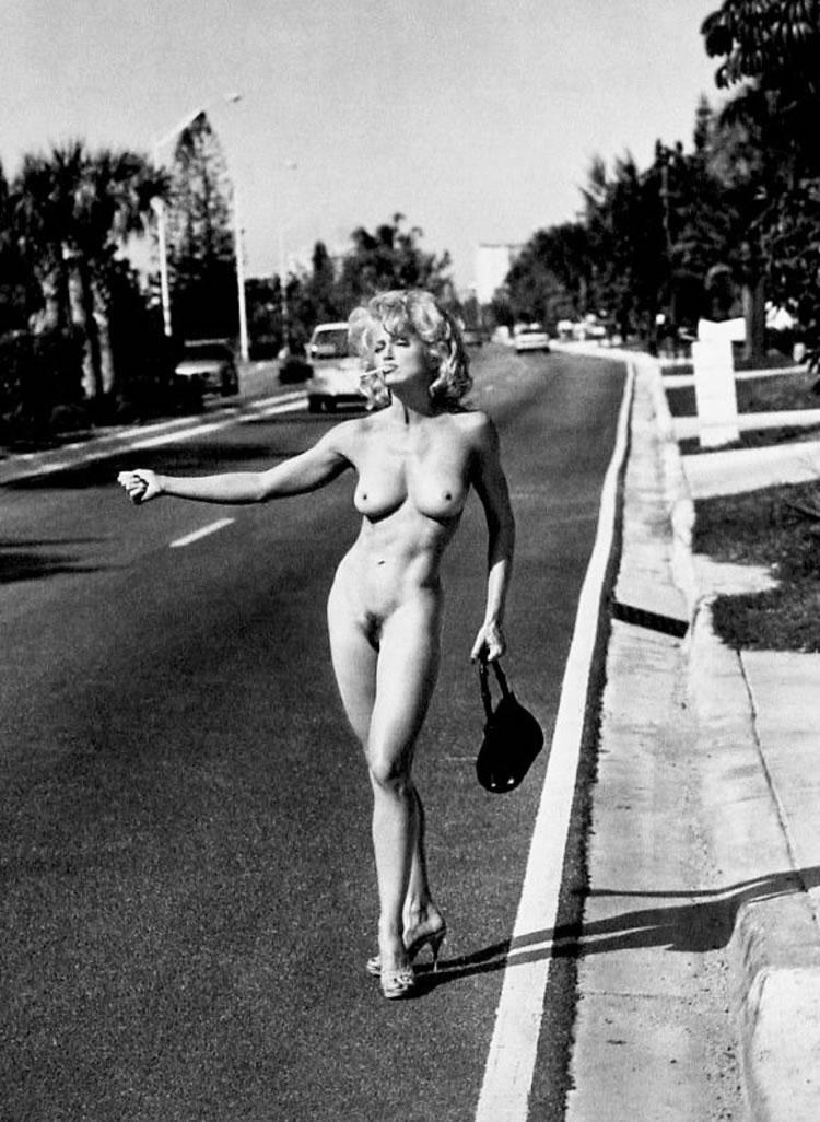 madonna desnuda haciendo autostop