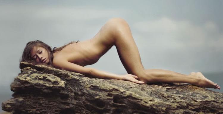 andrew lucas mujer sobre roca