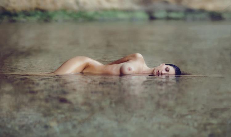 mujer desnuda en el agua